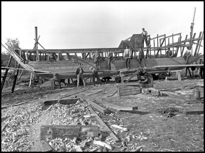 Mudderverket som användes vid byggandet av kanalen, byggdes vid Sanamons sågverk i Töcksfors. Mudderverket drevs med en ångmaskin på 8 hk, som växlades upp till 470 hk.