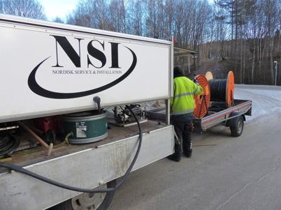 5 januari 2015 - Nu blåser man in fiberkabel för bredband i slangarna som grävdes ner 2014.