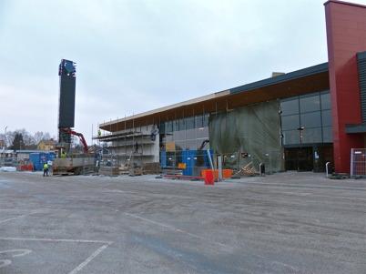 11 januari 2013 - vid Shoppingcentret pågick arbetet med inglasning av västra fasaden.