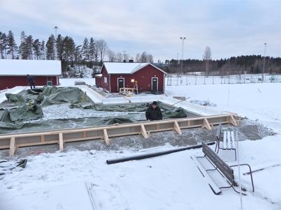 21 januari 2013 - vid Hagavallen snickrade man ihop gjutformen till klubbstugans bottenplatta.