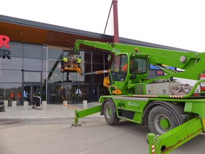19 mars 2013 - vid Shoppingcentret pågick arbetet med färdigställande av fasaden inför invigningen av nya Maxi Mat.