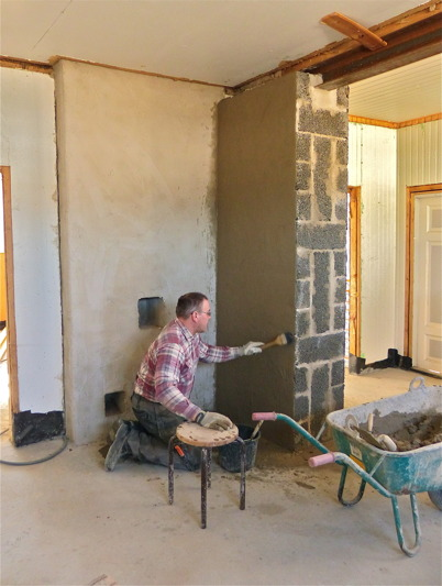 25 mars 2013 - och i Slussvaktarstugan fortsatte renoveringsarbetet.
