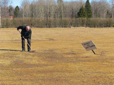 4 april 2013 - fotbollsplanen på Hagavallen behövde omvårdnad efter vintern.