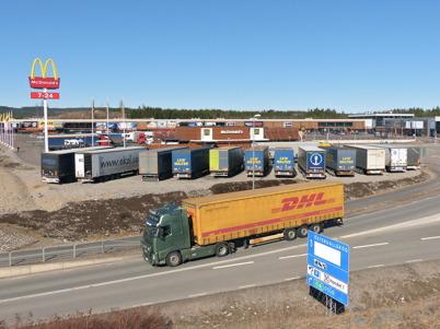 27 april 2013 - utländska lastbilschaufförer helgparkerade sina lastbilar vid McDonalds.