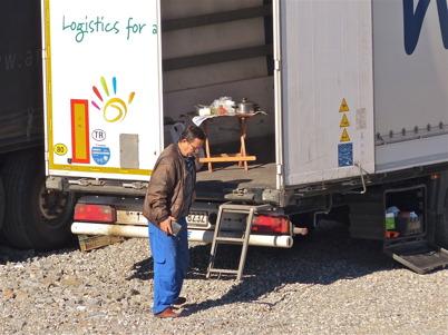 27 april 2013 - en turkisk lastbilschaufför dukade frukostbordet på flaket.