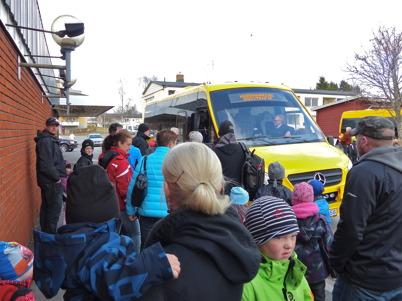 29 april 2013 - många åkte med bussarna till Årjäng för att protestera mot kommunens planer att lägga ner skolor.