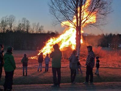 30 april 2013 - Valborgsmässoafton firades traditionsenligt med brasa, tal och körsång vid Församlingshemmet i Töcksfors.