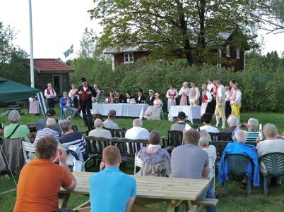 26 maj 2013 - Sällskapet Värmlänningarne i Arvika framförde sång- och folklustspelet Värmlänningarna vid Hembygdsgården i Östervallskog.