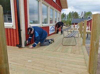 29 maj 2013 - vid Hagavallen färdigställdes klubbstugans altan.