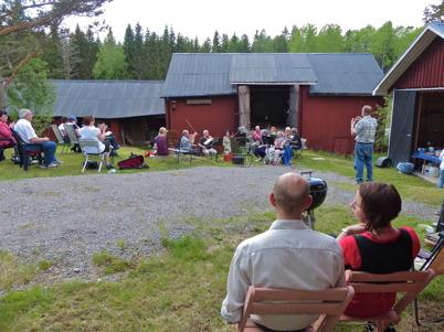 1 juni 2013 - Håns byalag och Gråbols gårdsorkester bjöd in till musikstund i Gråbol.