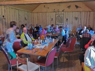 22 juni 2013 - vid Lysås dammen i Karlanda serverade man traditionsenligt sill och färskpotatis på midsommardagen.