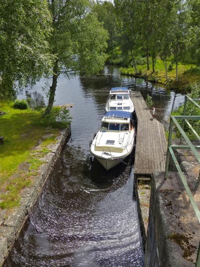2 juli 2013 - vid Töcksfors Slussar låg båtarna i kö för att få slussa.