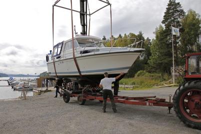 14 september 2013 - vid småbåtshamnen i Sandviken var det dags att ta upp båtarna.