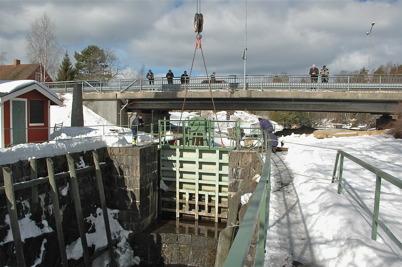 Mobilkranen lyfter bort den lilla porten vid övre slussen / Foto : Walter Christofferson - 20 mars 2006