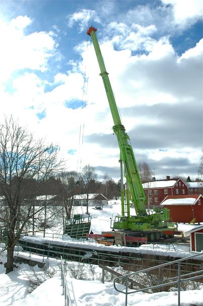 Slussportarna vid övre slussen lastas för transport till Kristinehamn / Foto : Bengt Erlandsson - 20 mars 2006