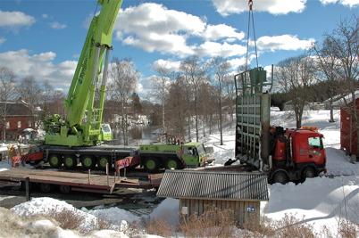 Slussportarna vid övre slussen lastas för transport till Kristinehamn / Foto : Walter Christofferson - 20 mars 2006