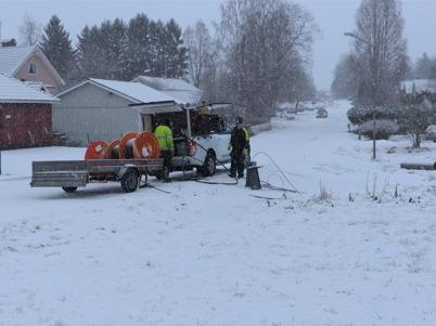 19 januari 2015 - Nu blåser man in fiberkabel för bredband i slangarna som grävdes ner 2014.