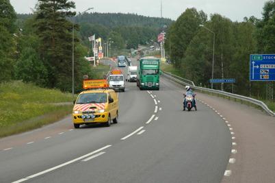 Slussportarna vid övre slussen kommer tillbaks från Kristinehamn efter renovering / Foto : Bengt Erlandsson - 19 juni 2006