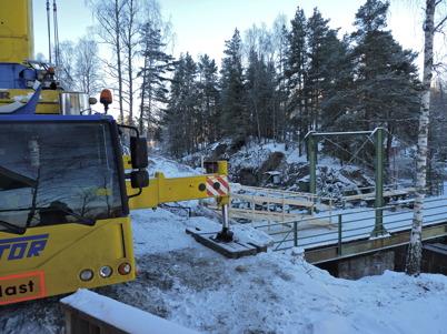 Mobilkranen är på plats vid nedre slussen för att lasta slussportarna på en trailer / Foto : Lars Brander - 7 december 2010