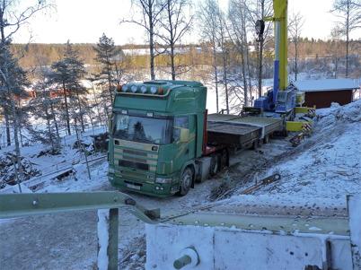 Slussportarna vid nedre slussen transporteras till Stenungsund för renovering / Foto : Lars Brander - 7 december 2010
