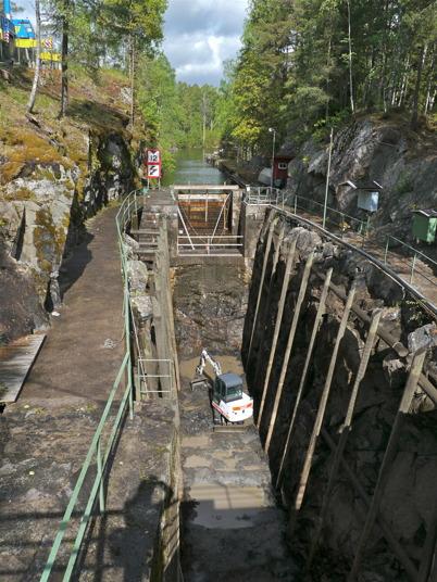 Slussbotten rensas med en grävmaskin i samband med renoveringen av slussportarna / Foto : Lars Brander - 24 maj 2011