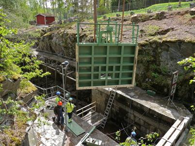 Mobilkranen lyfter den lilla porten på plats / Foto : Lars Brander - 24 maj 2011