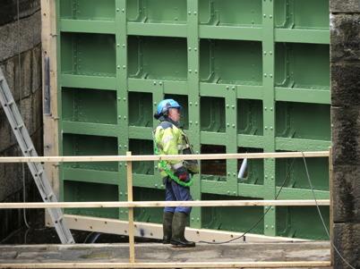 Lilla porten monteras efter renoveringen / Foto : Lars Brander - 24 maj 2011