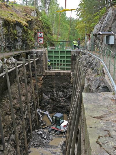 Lilla porten monteras och slussbotten rensas med grävmaskin / Foto : Lars Brander - 24 maj 2011