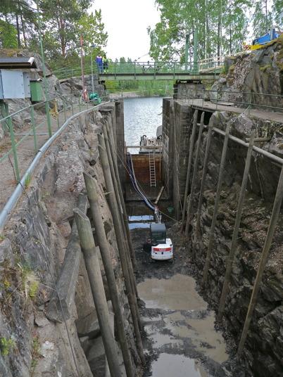 Rensningen av slussbotten är klar och grävmaskinen skall lyftas / Foto : Lars Brander - 24 maj 2011