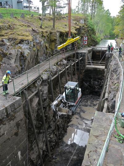 Mobilkranen lyfter upp grävmaskinen från slussbotten / Foto : Lars Brander - 24 maj 2011