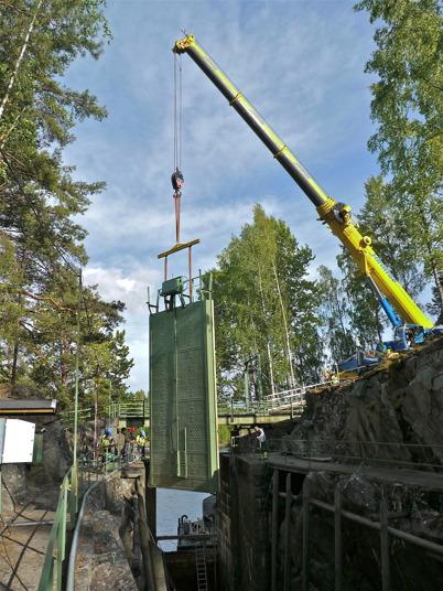 Mobilkranen lyfter den stora slussporten på plats / Foto : Lars Brander - 24 maj 2011