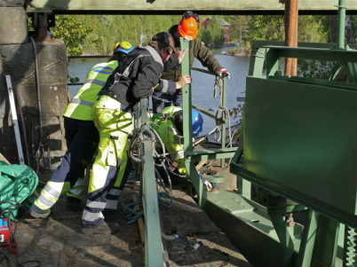Stora slussporten monteras efter renoveringen / Foto : Lars Brander - 24 maj 2011