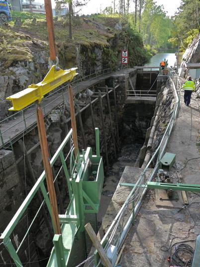 De båda nyrenoverade slussportarna är på plats vid nedre slussen / Foto : Lars Brander - 24 maj 2011