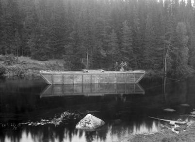 Pråm för bortforsling av muddermassor i samband med  muddringen av kanalen vid Kyrkobyn i Östervallskog.