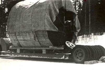 Hånsfors Bruks pappersfabrik i Hån lades ner 1950 - 1952 och maskinerna såldes till utlandet. På bilden är papperscylindern lastad för avfärd. Foto : Brita Moberg.