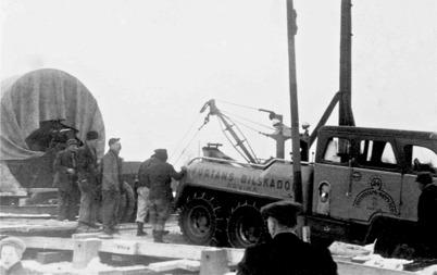 Hånsfors Bruks pappersfabrik i Hån lades ner 1950 - 1952 och maskinerna såldes till utlandet. På bilden dras papperscylindern över den förstärkta slussbron i Töcksfors 1952. Foto : Brita Moberg.
