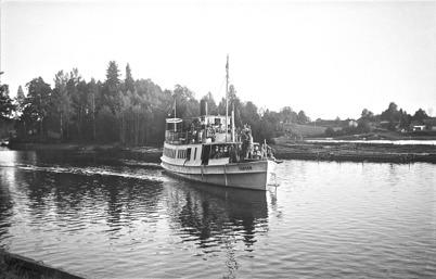 Ångbåten TÄRNAN anländer till hamnen vid Töcksfors Bruk i slutet av 1930-talet. Foto : Uno Brander