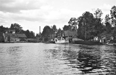 Ångbåten IDUN anländer till hamnen vid Töcksfors Bruk i slutet av 1930-talet. Foto : Uno Brander