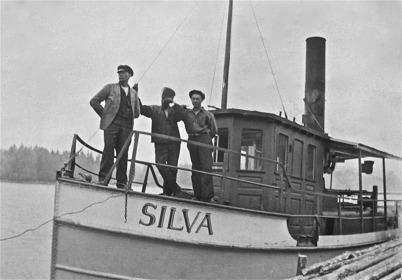 Bogserbåten SILVA byggdes i Västervik 1901. Båten trafikerade sjöarna Töck och Östen. Längst fram i fören står A E Sjöstedt / Foto : okänd.