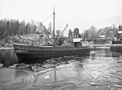 Lastbåtarna TÖCKSFORS och HÅNSFORS i hamnen vid Töcksfors Bruk på 1930-talet.  Foto : Axel Gunnar ödvall / Årjängs kommuns bildbank.