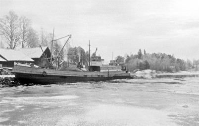Lastbåtar i hamnen vid Töcksfors Bruk på 1930-talet. Foto : Axel Gunnar Ödvall / Årjängs kommuns bildbank.