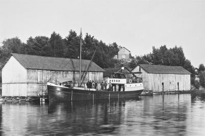 Lastbåten PEDER lägger till vid hamnen i Sandviken / Foto : okänd.