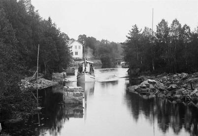Passagerarbåten SVEA styr norrut i kanalen vid övre slussen.