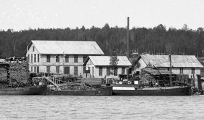 Lastbåtar vid Holmen i Östervallskog.
