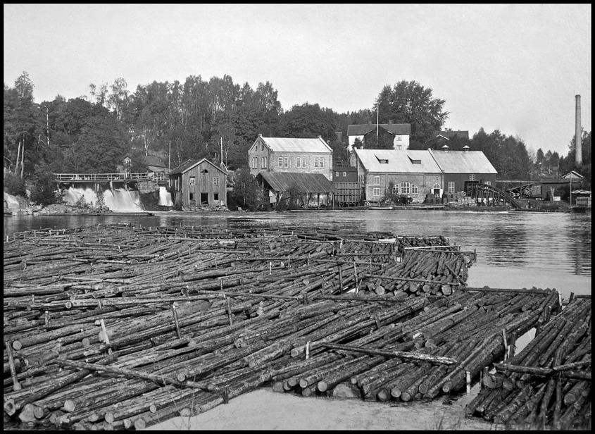 Bruksområdet i Töcksfors 1923 med kvarnen intill nedre forsen. Kvarnen revs 1925.