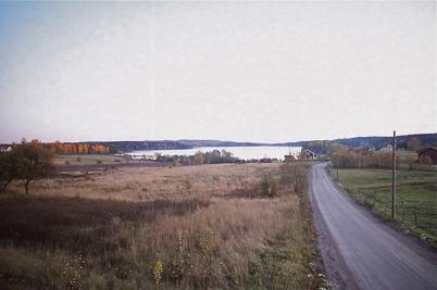 Oktober-november 1975 - Stenbyn med gamla grusvägen.