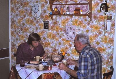 Oktober-november 1975 - Far och son äter frukost kl 06.55.