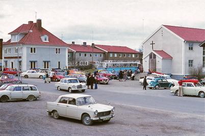 April 1974 - Samling vid Missionskyrkan för avresa till SMU-lägret i Beitostölen.