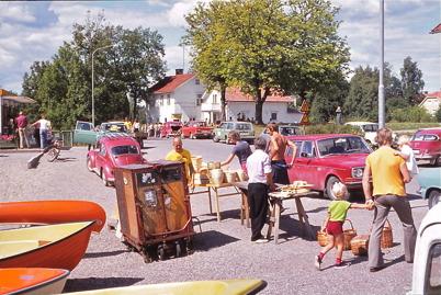 Juli-Augusti 1975 - Auktion och diverse handel i Töcksfors centrum.