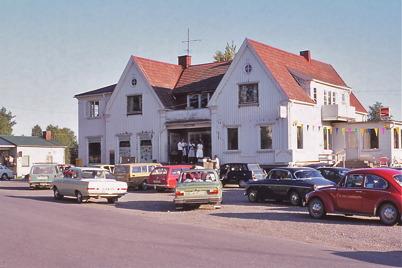 Juli-Augusti 1975 - Söndagsmöte på trappan till centrumhuset.